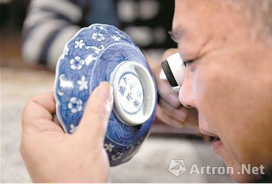 专家正在<a href='http://zytp.cn' target='_blank' class='blue' title=''>鉴定</a>瓷器。