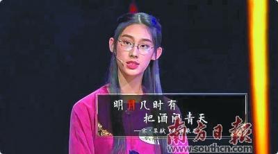 """16岁的高中生武亦姝在《中国诗词大会》总决赛上夺冠,一夜之间成为""""全民诗词偶像""""。"""