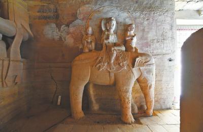 165号窟中的乘象普贤菩萨和阿修罗天单体造像是国内最大的单体造像。