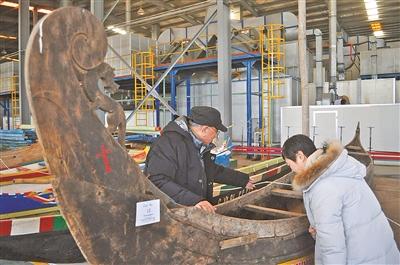 图为席龙飞教授(左)、万明研究员在现场研究古船。(林海 摄)
