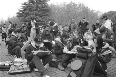 考场外候考的考生们。
