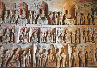 """窟内分层密集的小佛龛,每个龛内造像为一佛二菩萨或一佛二弟子二菩萨,是典型的""""贞观样式""""。"""