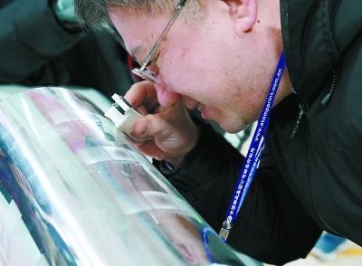 本报记者参观邮票制作过程