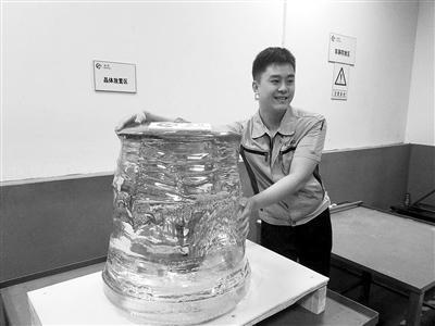 带有余温的450公斤级人造蓝宝石  本报记者 张景阳摄