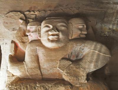 222号窟中的阿修罗三头四臂托住日月造像,在石窟中极为罕见。