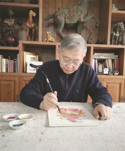 李涵正在绘制图稿。