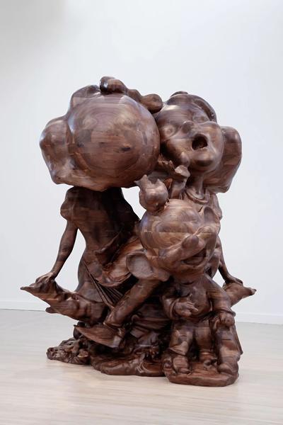 2016年在西雅图华盛顿大学亨利艺术画廊(Henry Art Gallery)举行的'保罗·麦卡锡:白雪公主,木制雕塑'(Paul McCarthy: White Snow, Wood Sculptures)现场图。保罗·麦卡锡(Paul McCarthy),《WS,做着梦的白雪公主与糊涂蛋》(WS, White Snow Dopey Dream Double),2015,黑胡桃木 ,231.4 x 227.1 x 304.8 厘米 / 91 1/8 x 89 3/8 x 120 英寸