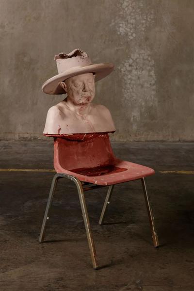 保罗·麦卡锡(Paul McCarthy),《圣诞老人 保罗椅上头像》(SC Paul Bust on Chair),2016,混合媒材,110.5 x 49.5 x 66 厘米 / 43 1/2 x 19 1/2 x 26 英寸。? 保罗·麦卡锡