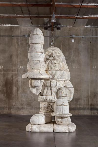 保罗·麦卡锡(Paul McCarthy),《圣诞老人肛门塞泡沫模型》(Santa Butt Plug Foam Model),2002,泡沫塑料,独版,577.2 x 301.6 x 317.5 厘米 / 227 1/4 x 118 3/4 x 125 英寸。图片:豪瑟沃斯