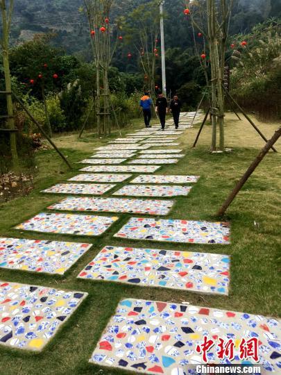 青花瓷铺设的漫步道。 张金川 摄