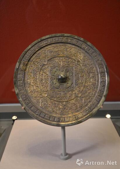 """中国国家博物馆藏西汉""""中国大宁""""鎏金博局铜镜(霍宏伟摄影)"""