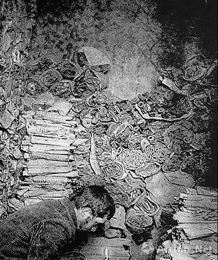 """▲ 伯希和在被他称为""""至圣所""""的藏经洞中翻捡经卷-努埃特摄影-1908年"""