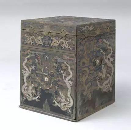 黑漆描金嵌银螺钿龙纹箱 高81.5cm,宽66.5cm,纵66.5cm