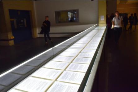 第14届卡塞尔文献展上的Máret ánne Sara,《Pileo' Sapmi 》,2017,陈列包含Jovsset Ante Iverse Sara对挪威农业和食品部的第一次和第二次审判的摘录和结论。图片:Ben Davis