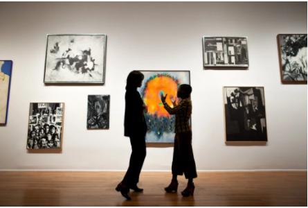 2011年9月21日,纽约哈林区的工作室博物馆(Studio Museum),馆长兼首席策展人Thelma Golden在一次导览中和当时的第一夫人米歇尔-奥巴马进行交谈。