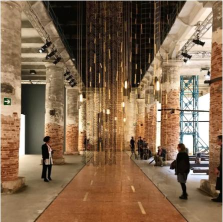 在威尼斯双年展上的Leonor Antunes,《…我们拔高了地形一遍我们能看出去》(…then we raised the terrain so that I could see out),2017。 图片:Haupt & Binder