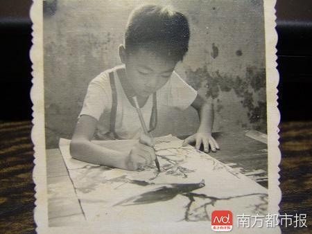 小时候专注作画的王璜生