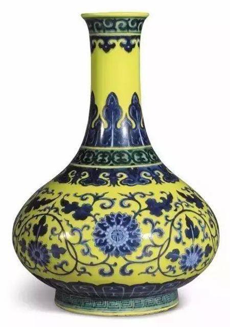 清乾隆青花缠枝花卉纹荸荠瓶