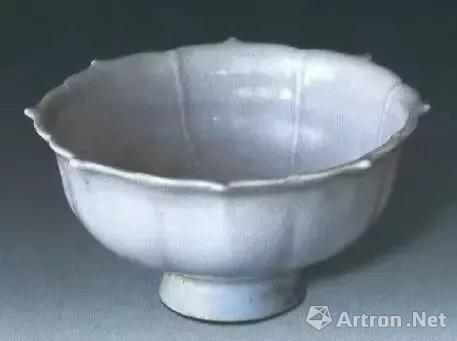 ▲卵白釉印龙纹菱口盏