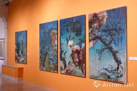 """2010年的四十周年回顾展上,周春芽三件""""树枝""""系列大尺幅作品齐聚一堂"""