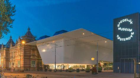 阿姆斯特丹市立博物馆的历史建筑和新翼。图片:致谢由阿姆斯特丹市立博物馆