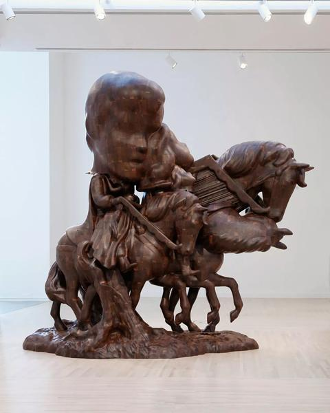 2016年在西雅图华盛顿大学亨利艺术画廊(Henry Art Gallery)举行的'保罗·麦卡锡:白雪公主,木制雕塑'(Paul McCarthy: White Snow, Wood Sculptures)现场图。保罗·麦卡锡(Paul McCarthy),《WS,白雪公主和王子在马背上,合并,转型,突变》(WS, White Snow and Prince on Horseback, Merger, Transformation, Mutation),2015,黑胡桃木,398.1 x 192.4 x 365.8 厘米 / 156 3/4 x 75 3/4 x 144 英寸。摄影: Mark Woods,? 保罗·麦卡锡