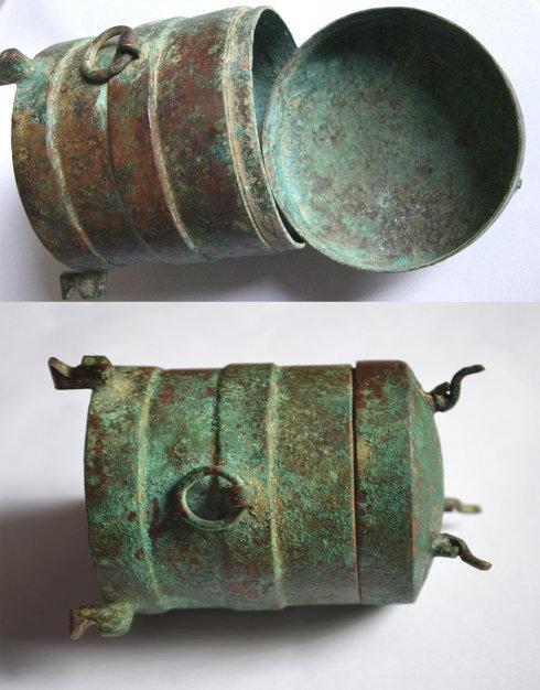 通过这个铜器上的绿锈、粉绿锈和枣皮红锈,可见生坑锈是怎么回事