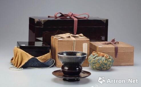 """茶托(前方为天价的南宋""""油滴天目""""茶盏)"""