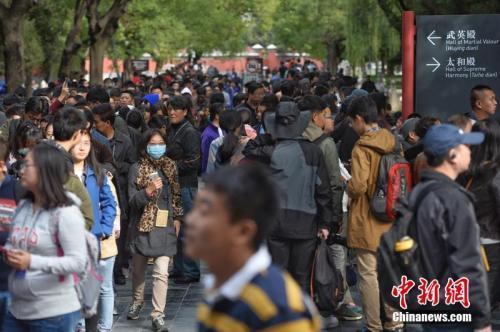 """资料图:2015年,《清明上河图》展览的最后一天,观众需排至少13个小时长队。记者看到,几乎一进午门就是队尾,离武英殿展厅还有""""九拐十八弯""""。图片来源:CFP视觉中国"""
