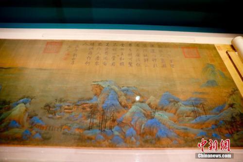 资料图:正在布展中的《千里江山图》。中新社记者 杜洋 摄