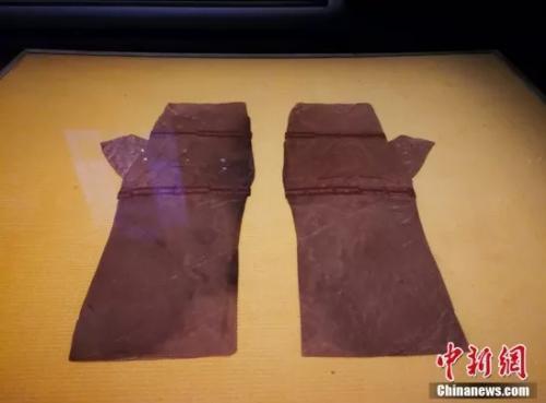 """菱纹罗""""千金""""绦手套。卢文伟 摄"""