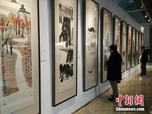 参观者欣赏《山水十二条屏》。中新网记者 宋宇晟 摄