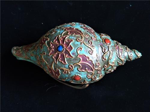 图3:古铜彩八宝嵌法螺背面图