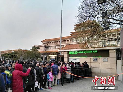 今年11月,中国美术馆门前大排长龙的景象。中新网记者 宋宇晟 摄