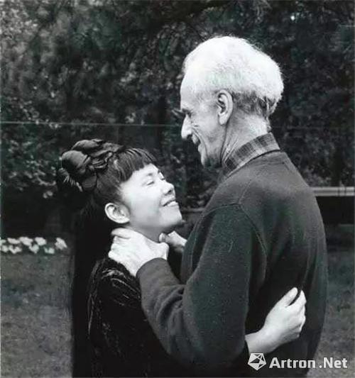 笑着的怪婆婆在爱人怀中其实很美