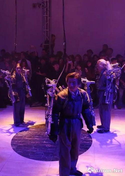 中央美术学院范迪安体验人机共舞