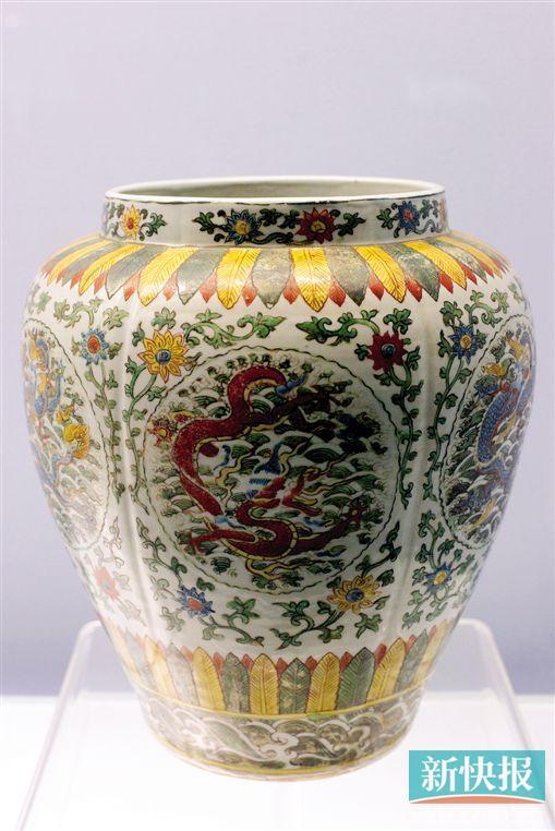 ■明嘉靖景德镇窑五彩团龙纹罐,2013年上海博物馆展出的文物。CFP/供图