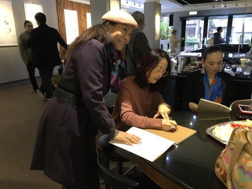 为从基隆专程前来观展的书画爱好者签名