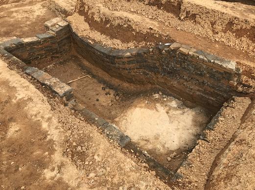 茗山上一座挖掘好的汉代墓葬。