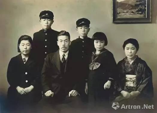 幼年时的草间弥生(前排右二)家庭合照