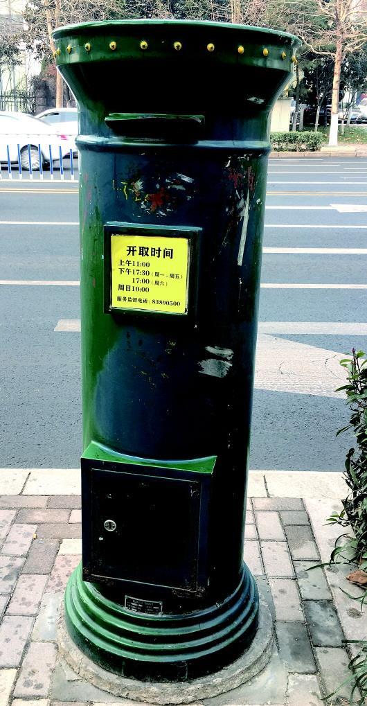 南京路上的一处邮筒。