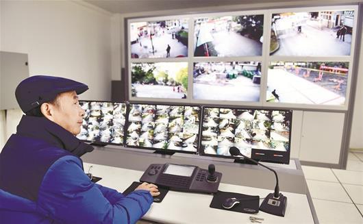 楚天都市报讯 图为:看着改造过的监控设施,尹维新感到很欣慰