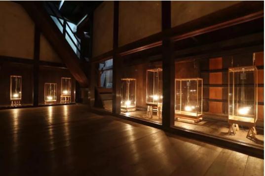 久门刚史,《风》,木头、玻璃、灯泡等,110 x 100 x 80 cm,2017。摄影:Takeru Koroda