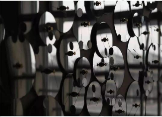 """久门刚史,《""""量子化 #3"""" ( 细节 )》, 声音, 灯泡, 木头, 亚克力, 铝, 乔其纱等,尺寸可变,2015。摄影:Takeru Koroda"""