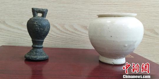 白沟村民李瑞生向白沟博物馆捐赠的元代大德铜权和辽白釉罐。 白沟博物馆供图 摄
