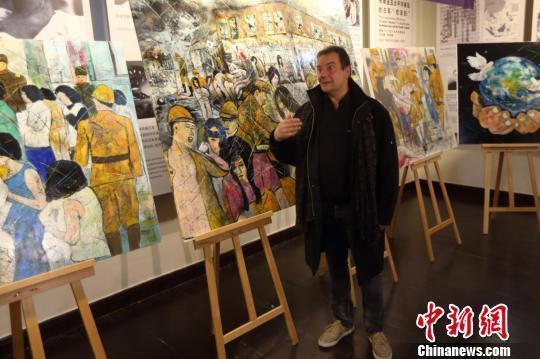 """帕赫希望通过自己的画作声援中国的""""慰安妇""""幸存者。 泱波 摄"""