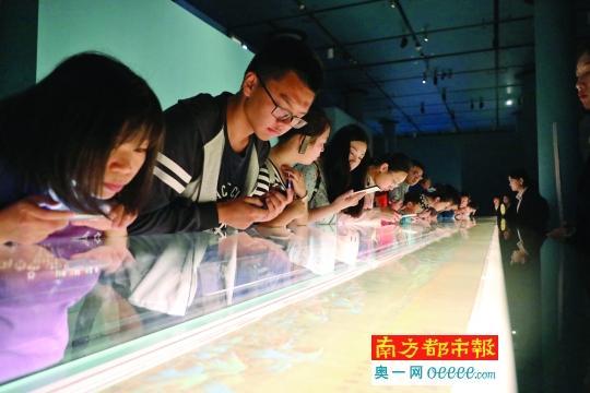 观众近距离欣赏《千里江山图》。