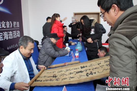 北京首都博物馆中润文物鉴定中心主任张如民在鉴定字画。 于俊亮 摄