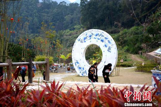 在海丝之源克拉克瓷南胜窑遗址公园内,游客走在由青花瓷铺设的漫步道上。 张金川 摄