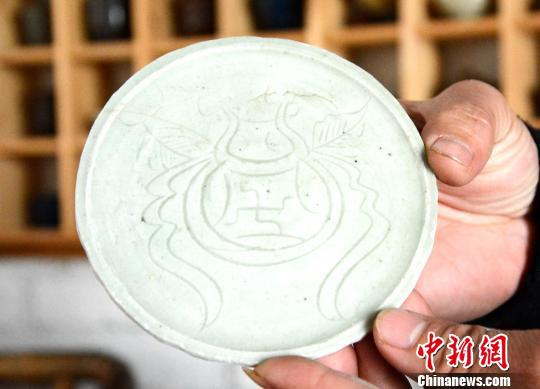 黄涛展示古瓷器。 张金川 摄